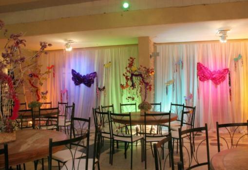 Decoração de 15 anos de Festa à Fantasia com cortinas brancas iluminadas por luzes de LED