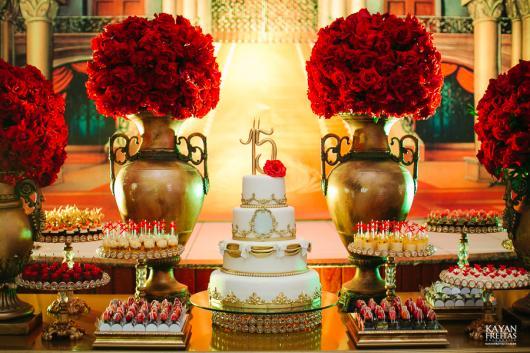 Decoração de 15 anos de Bela e a Fera com bolo de 4 andares branco e dourado