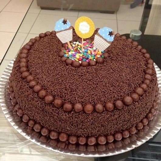 Decoração de Festa Simples bolo de chocolate simples com granulado
