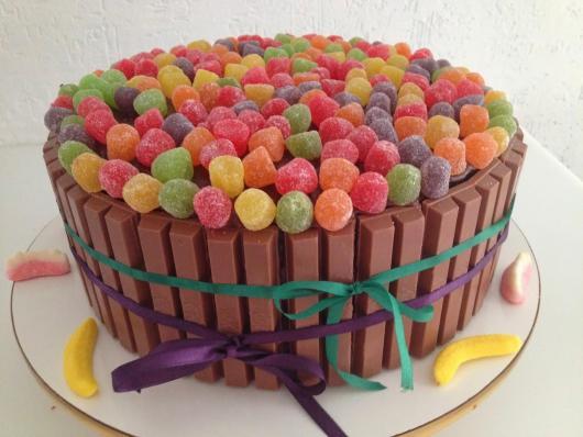 Decoração de Festa Simples bolo decorado com kit kat e bala de goma