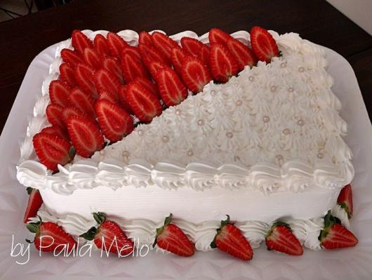 Decoração de Festa Simples bolo decorado com morangos e chantilly