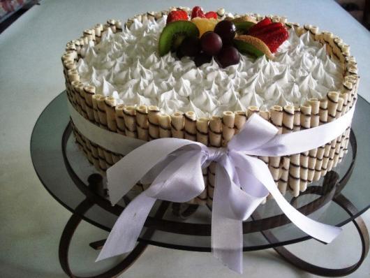 Decoração de Festa Simples bolo decorado com chantilly e frutas
