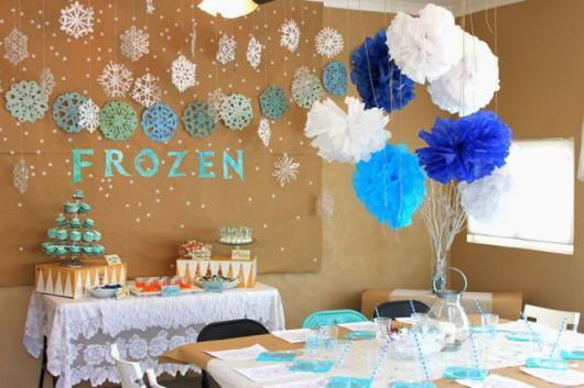 Decoração de Festa Simples Frozen com enfeites de papel crepom