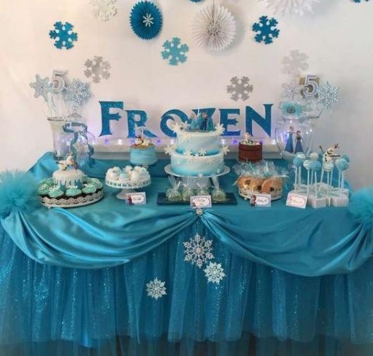Decoração de Festa Simples Frozen com enfeites de papel e mesa decorada com cetim
