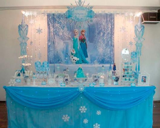 Decoração de Festa Simples Frozen com painel personalizado