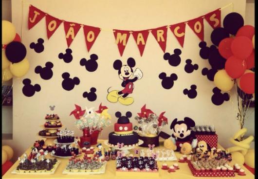 Decoração de Festa Simples Mickey simples com varal de bandeirinhas