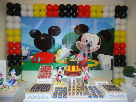 Decoração de Festa Simples Mickey com painel personalizado