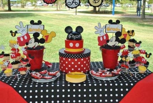 Decoração de Festa Simples Mickey com toalha de poá preta e branca