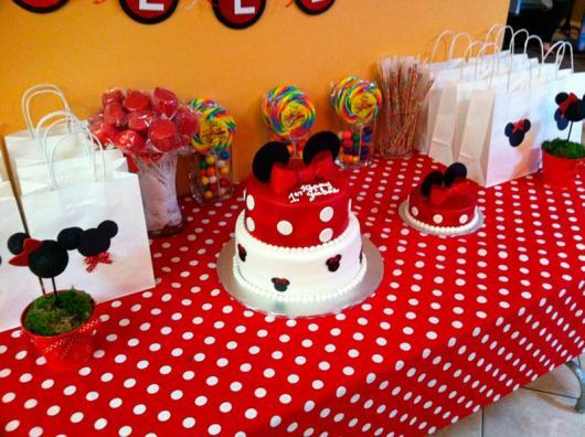 Decoração de Festa Simples Minnie mesa com toalha de poá vermelha e branca