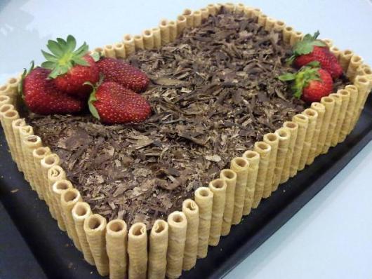 Decoração de Festa Simples bolo decorado com cerca de canudinhos de chocolate