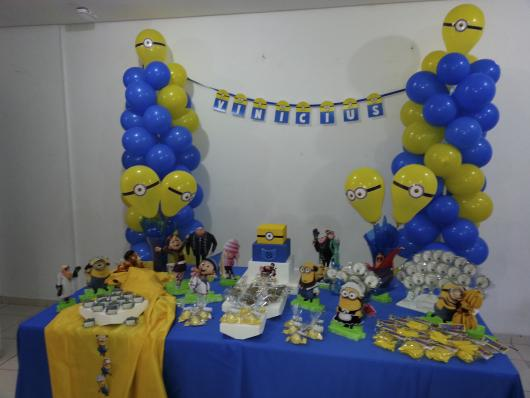 Decoração de Festa Simples Minions com torre de balão