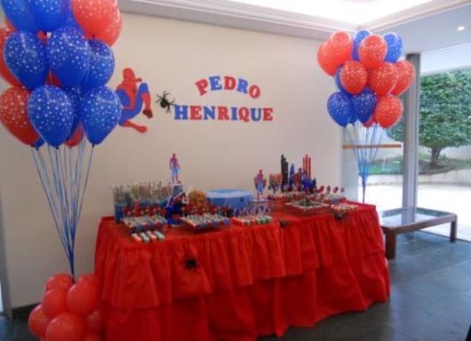 Decoração de Festa Simples Homem-Aranha mesa decorada com TNT