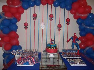 Decoração de Festa Simples Homem-Aranha com cortina de fitas