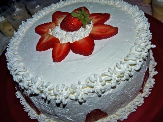 Decoração de Festa Simples bolo branco com flor de morangos