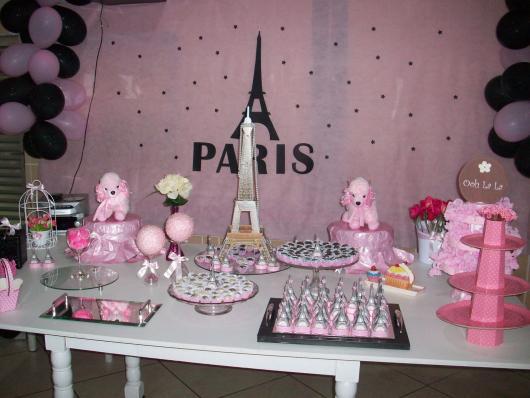 Decoração de Festa Simples Paris decorada com painel de TNT