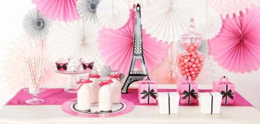 Decoração de Festa Simples Paris decorada com enfeites de papel