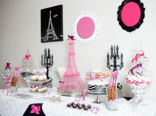 Decoração de Festa Simples Paris com quadros