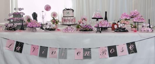 Decoração de Festa Simples Paris toalha de mesa decorada com varal de bandeirinhas