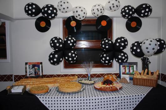 Decoração de Festa Simples Anos 80 com discos de viníl