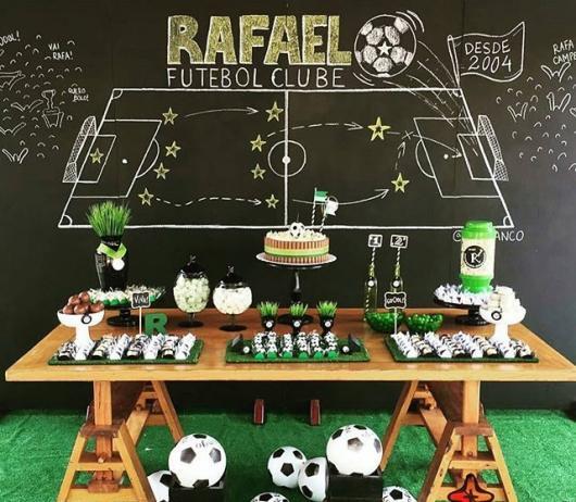 Decoração de Festa Simples futebol com painel preto