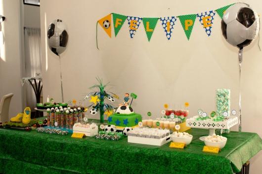 Decoração de Festa Simples futebol mesa decorada com toalha verde e balões com formato de bola