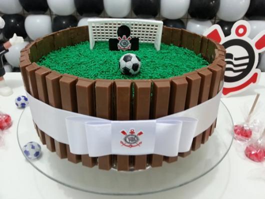 Decoração de Festa Simples bolo decorado com kit kat