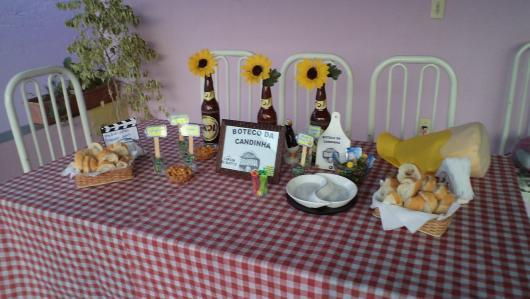 Decoração de Festa Simples boteco mesa decorada com garrafas com flores