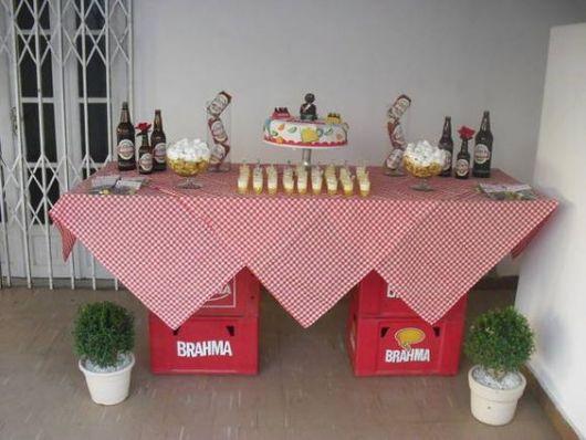 Decoração de Festa Simples boteco mesa decorada com toalha xadrez