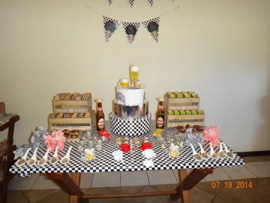 Decoração de Festa Simples boteco decoração preta e branca decorada com caixotinhos de madeira