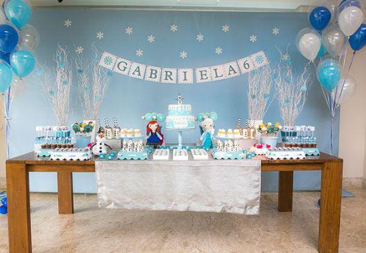 Decoração de Festa Simples Frozen com painel azul
