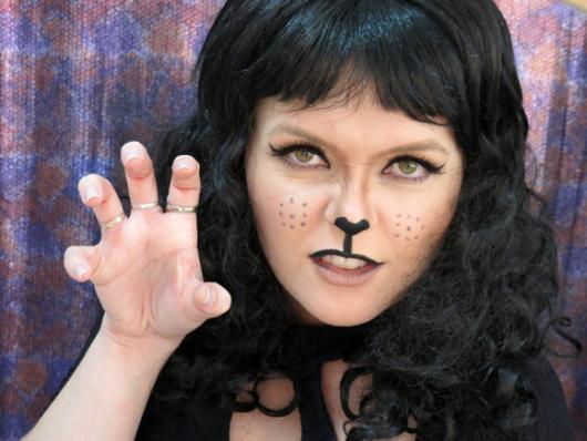 Fantasia Mulher Gato Maquiagem com nariz marcado de preto