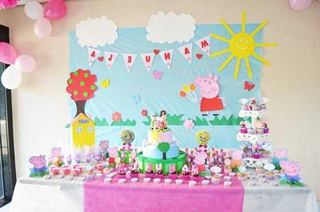 Festa Peppa Pig com mesa pequena e poucos elementos