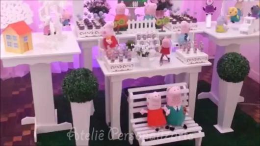 Decoração Festa Peppa Pig com os personagens feitos em feltro sentados no banquinho