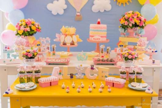 Decoração Festa Peppa Pig com mesa provençal amarela