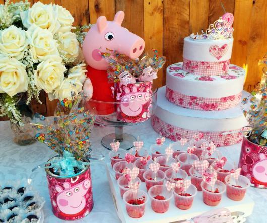 Decoração Festa Peppa Pig com copinhos de doces personalizados com o tema