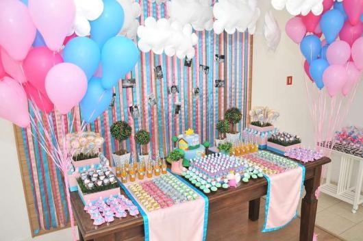 Festa Peppa Pig com mesa decorada com doces personalizados