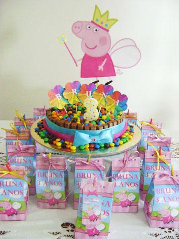 Decoração Festa Peppa Pig Princesa com bolo colorido e lembrancinhas