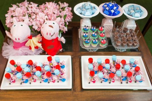 Decoração Festa Peppa Pig Princesa com doces personalizados decorando