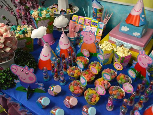 Decoração Festa Peppa Pig com com doces e displays de mesa