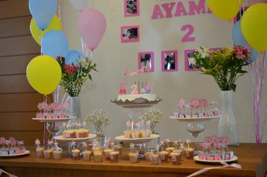 Decoração Festa Peppa Pig simples com balões e flores naturais
