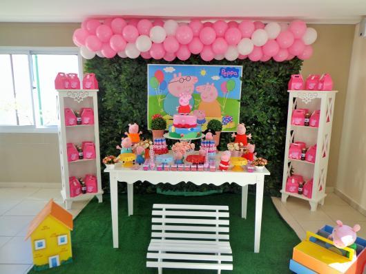 Decoração Festa Peppa Pig com mesa branca e banquinho