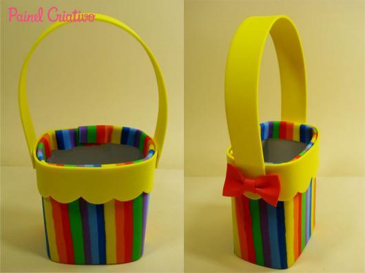 Lembrancinha com Caixa de Leite com EVA decorado com tirar coloridas
