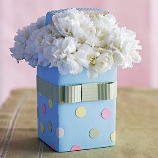 Lembrancinha com Caixa de Leite azul com flores brancas