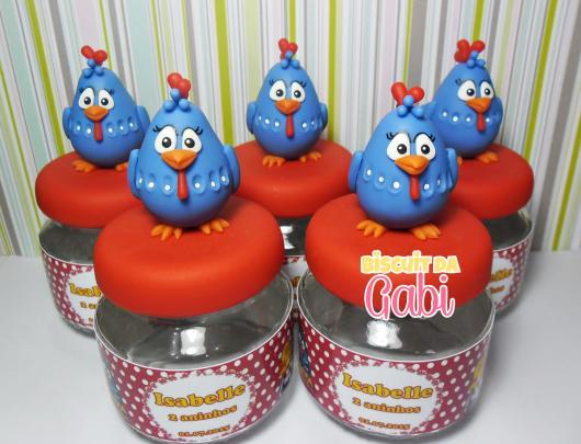 Lembrancinhas da Galinha Pintadinha com biscuit na tampa e rótulo personalizado
