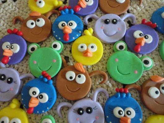 Lembrancinhas da Galinha Pintadinha latinhas decoradas com biscuit