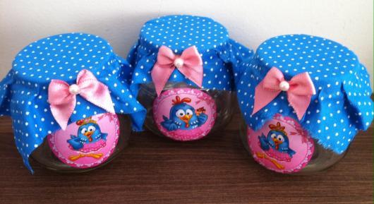 Lembrancinhas da Galinha Pintadinha potinhos de doces com tampas revestidas de tecido azul
