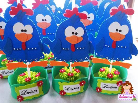 Lembrancinhas da Galinha Pintadinha centro de mesa de EVA com flores