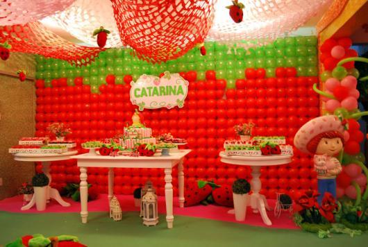 Painel de Festa Infantil Moranguinho de balões formando um morango