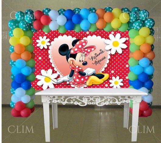 Painel de Festa Infantil da Minnie Vermelha com flores brancas e amarelas