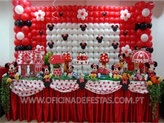 Painel de Festa Infantil da Minnie Vermelha de balões brancos, vermelhos e pretos